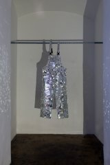 Alexander Viscio, Laika, 2006, White cotton overalls, 2387 glass mirror tiles, Silicone, 160 x 60cm, photo: Matthias Bildstein