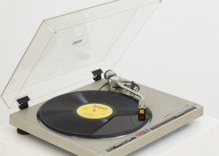 Giovanni Morbin, Hiccup, 2007, sculpture, Record player, loud speaker, cutted vinyl record (vinyl record: Mussolini`s speech: Speech of Sanctions), unique, 52 x 44,3 cm