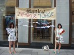 "Tinsel Edwards & Twinkle Troughton, Performance ""The Bank of Tinsel & Twinkle"", Wien, 25. Juni 2013"